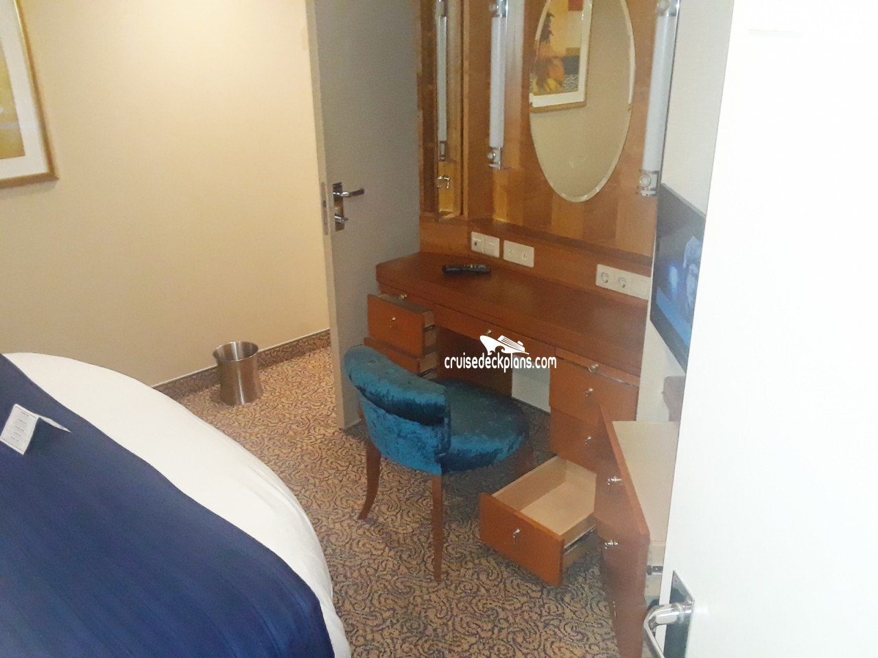 Click to zoom Royal Family Suite Cabin Picture