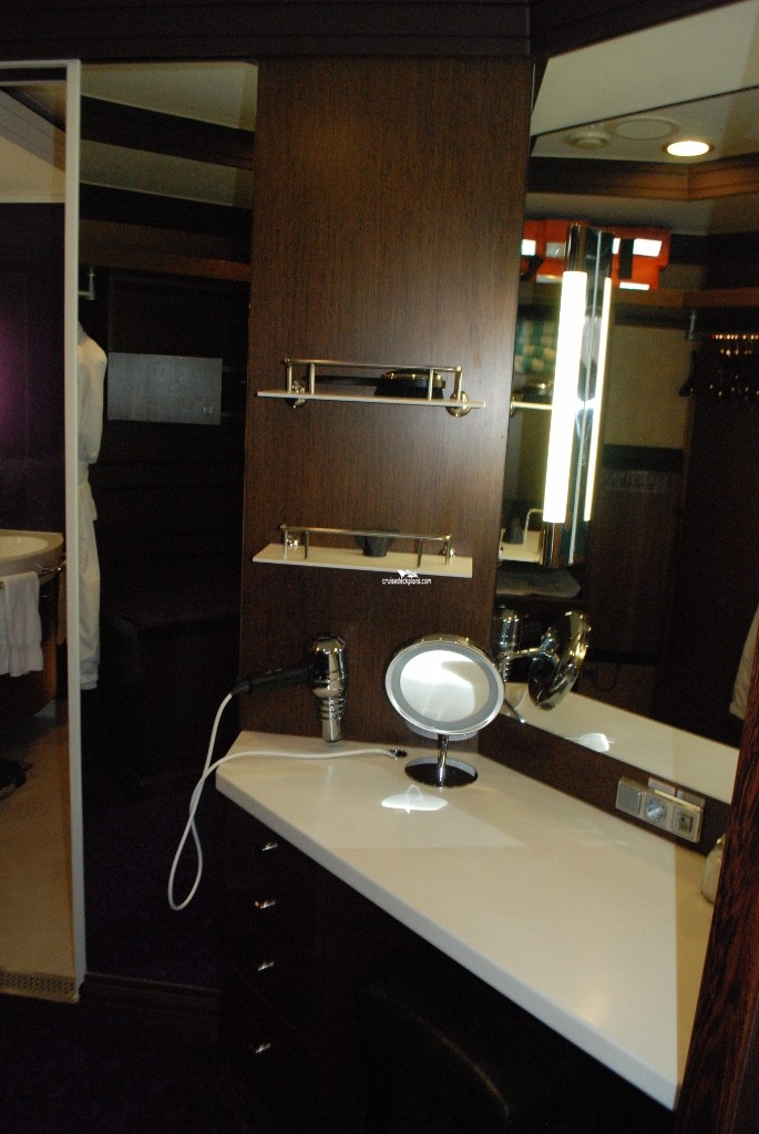 Click to zoom Deluxe Owners Suite Cabin Picture